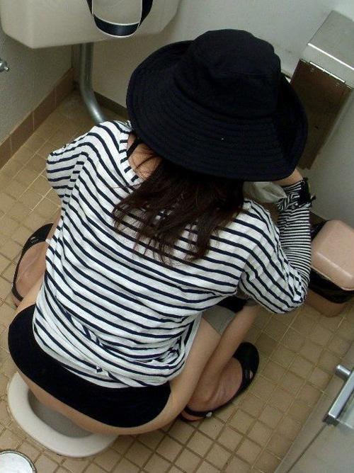 バレ覚悟!女子トイレを上から覗いた盗撮画像の臨場感にフル勃起wwwww