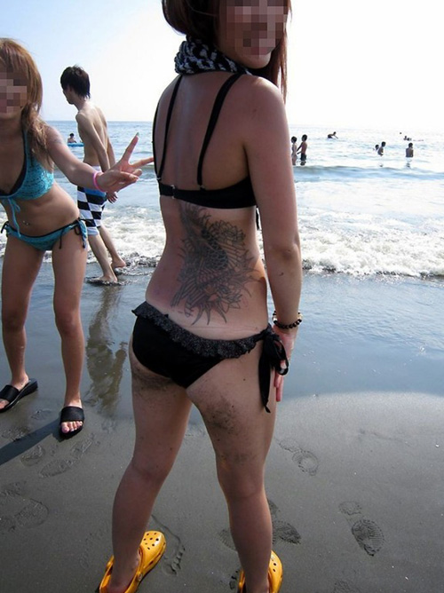 【ビキニ エロ画像】海やプールでほとんど裸の水着で楽しそうな素人さんwww