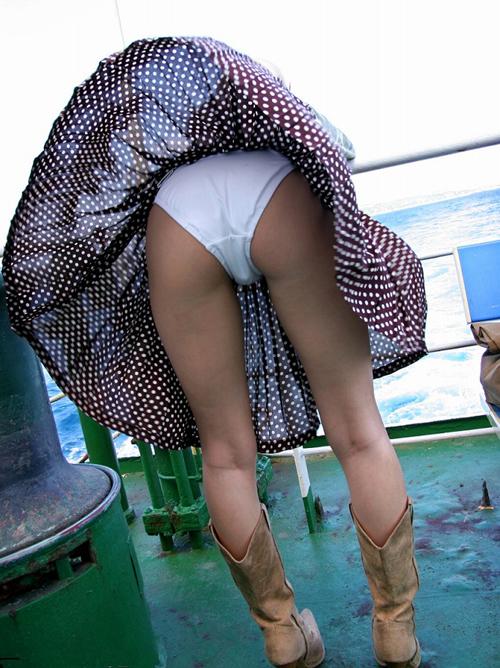 ラッキー感が桁違い!ロングスカートの女性のパンチラ画像がエロいぞぉwww