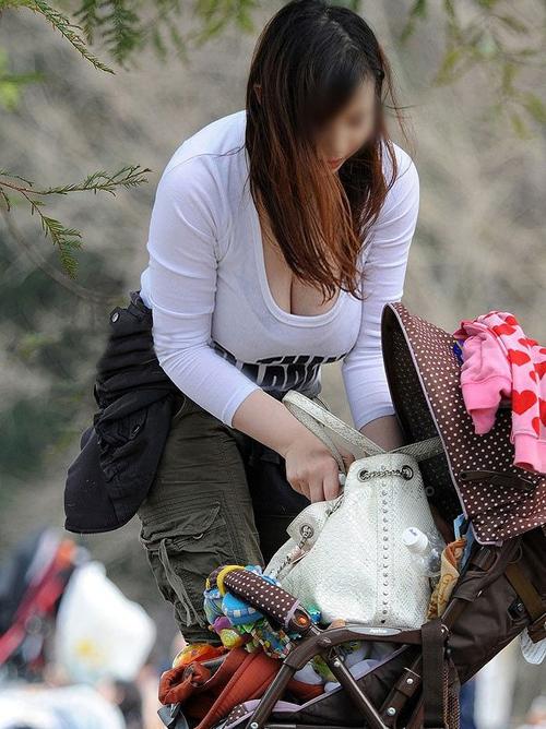 【素人胸チラエロ画像】胸元が無防備な人妻さんをターゲットに盗撮したったwww