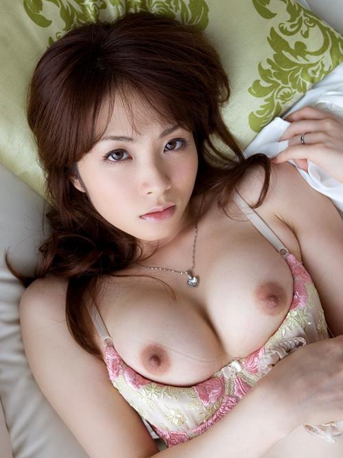 一流雑誌のモデルお姉さんはシャツの下にムチエロおっぱいが豊満に実ってた
