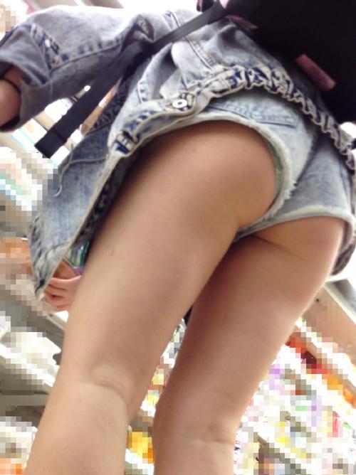 【街撮り尻エロ画像】実際によく見るから気になって…ハミ尻ホットパンツ女子追っかけwww