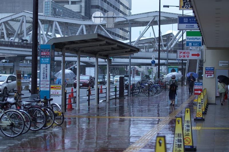 あべのハルカス 天王寺 歩道 雨 傘