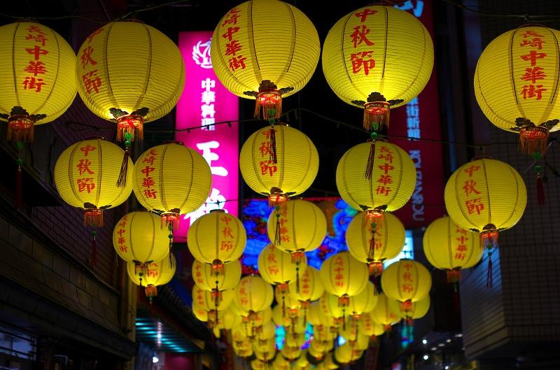 中秋節の長崎新地中華街に灯る満月灯籠