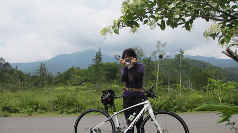 元に戻って来て、乗鞍岳をバックに記念撮影・・・も高曇りでちょっと残念。