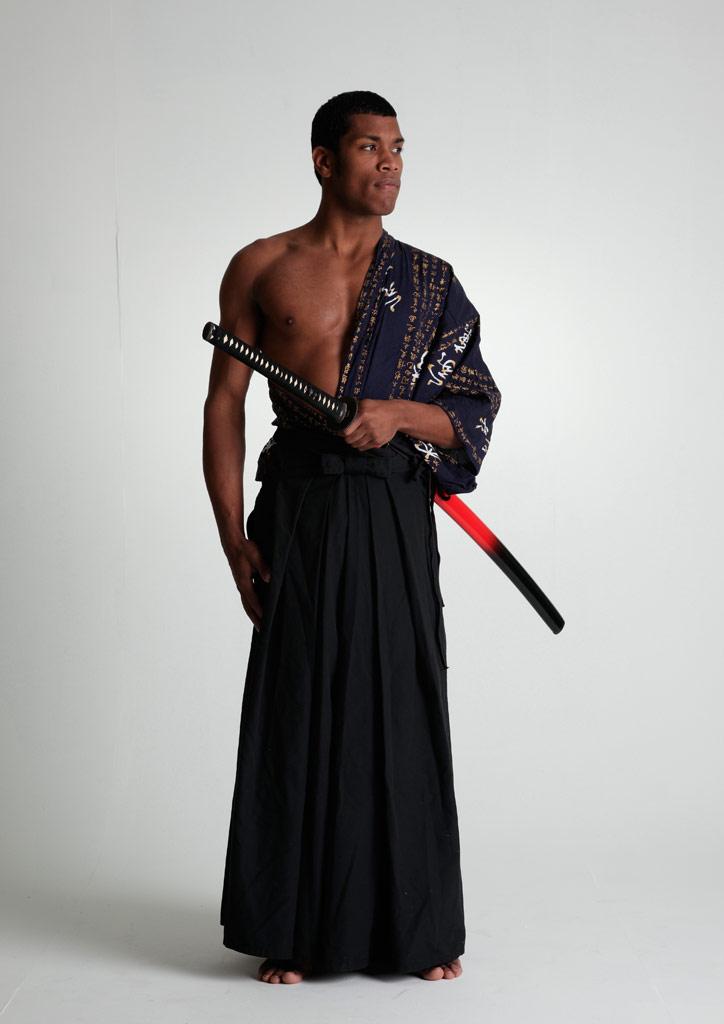 刀をしまう黒人の侍