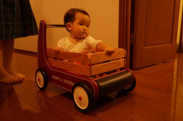 ラジオフライヤのクラッシック ウォーカー ワゴンに乗る子供