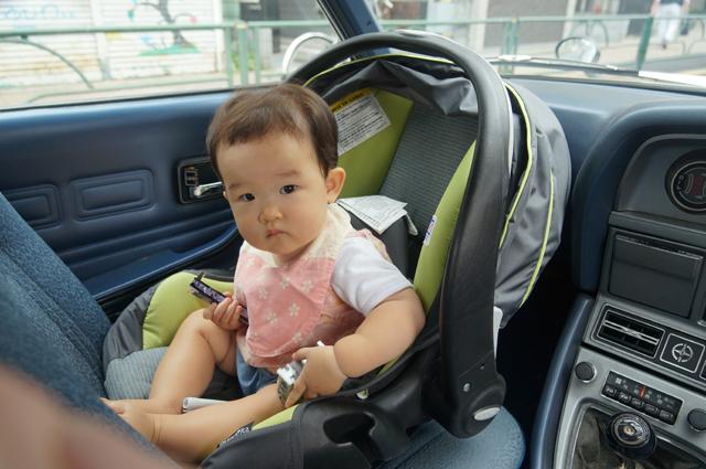 ルーチェの助手席に子供を乗せてドライブ
