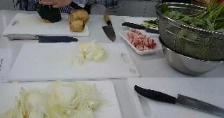 玉ねぎと豚バラと青物野菜を炒め