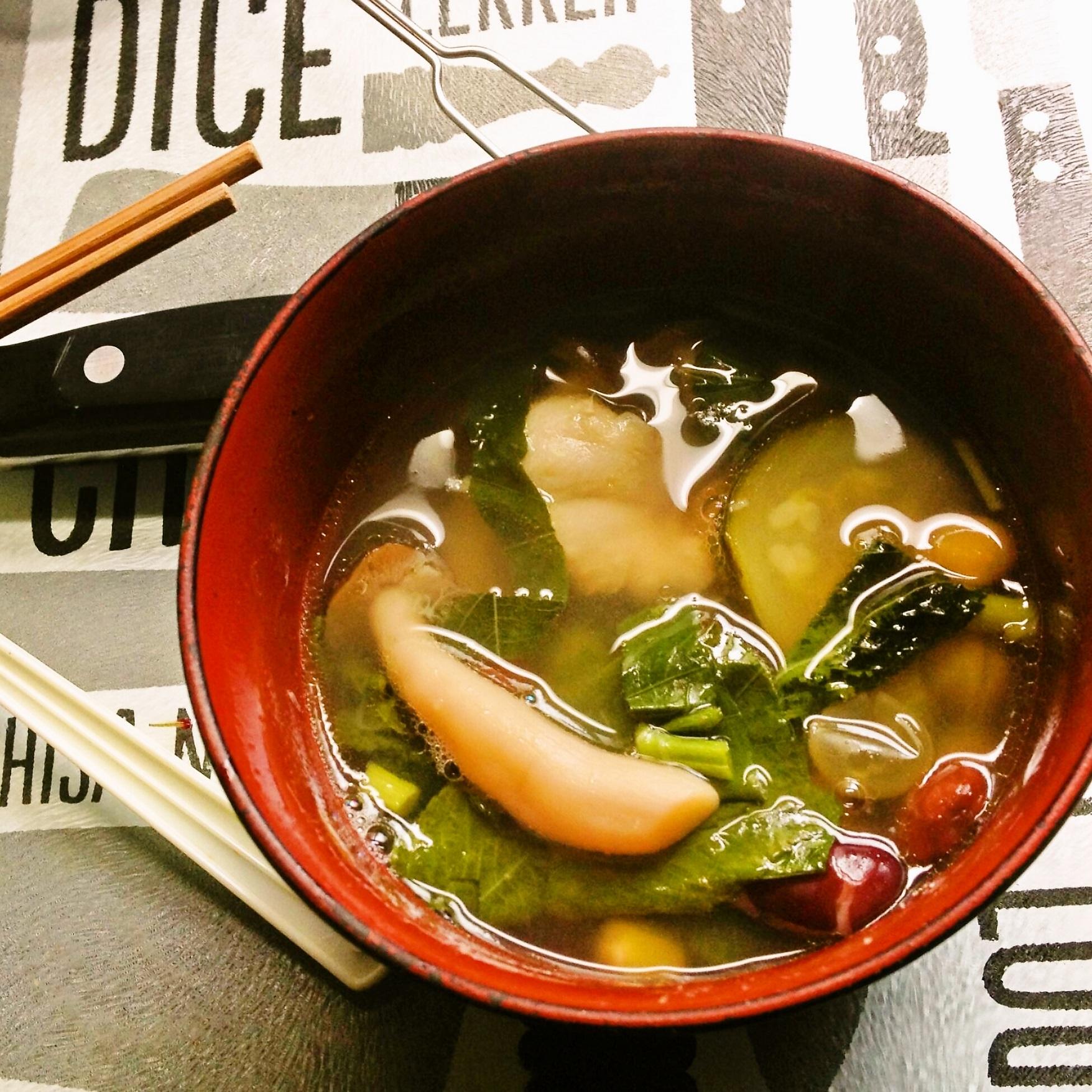 鶏とズッキーニと豆とブナシメジとモロヘイヤのスープ