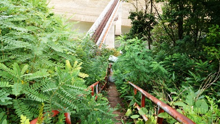 鉄橋に続く階段