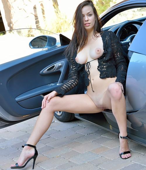 パンパンに張った美巨乳モロ出しの半裸姿で車に乗るカッコイイ美足のねーさんww