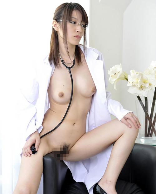 白衣姿でおっぱい丸出しのエッチな女医さんがエロ治療♪