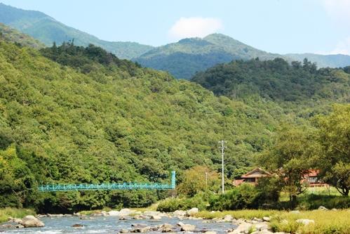 柳瀬のつり橋と三篠川