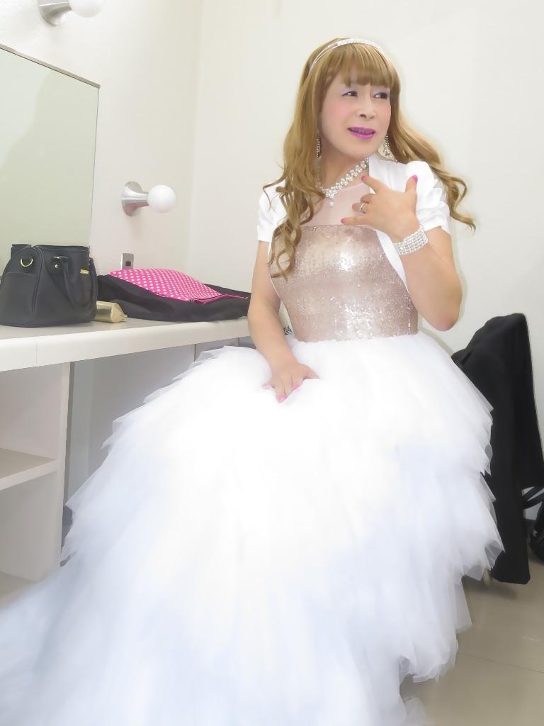 歌謡祭胸スパンコール白ドレス(1)