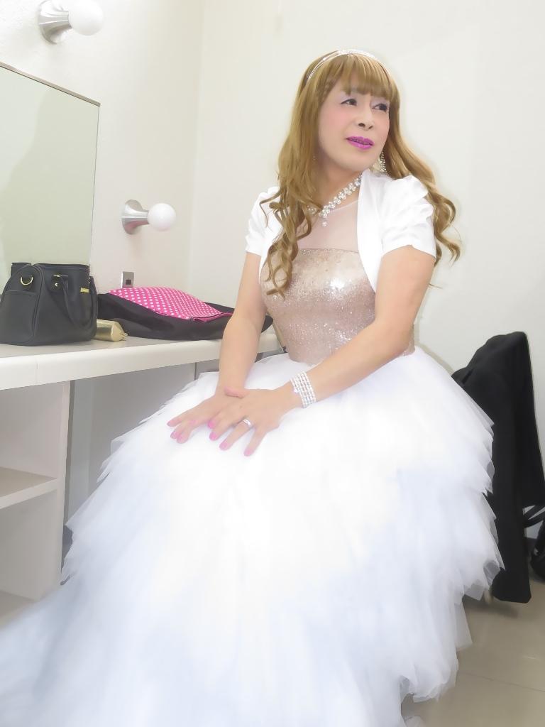 歌謡祭胸スパンコール白ドレス(2)