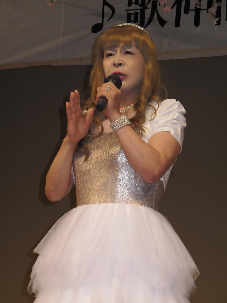 胸スパンコール白ドレス舞台(1)