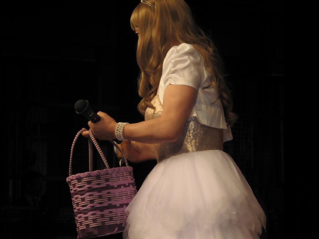 胸スパンコール白ドレス舞台(5)