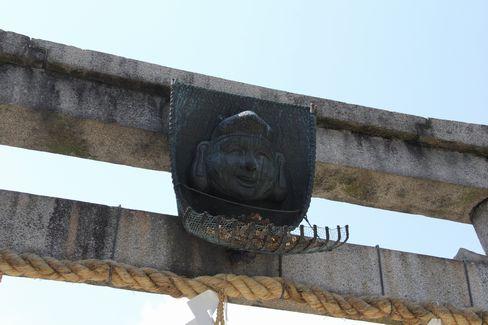 ゑびす神社二の鳥居のゑびす顔_H27.04.25撮影