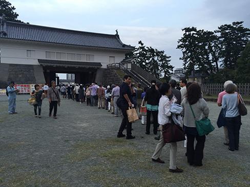 銅門前の入場の列_H27.09.22撮影