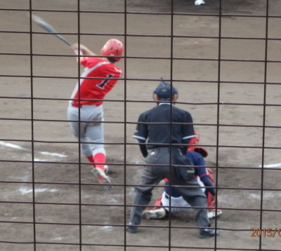 P9150890続く4番が一塁ベースに当たる右翼線二塁打を放ち1点追加