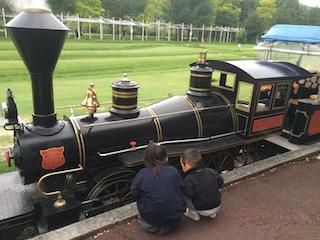 汽車を眺める2人