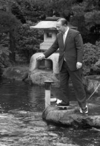 自宅の庭でコイにえさをやる田中角栄元首相