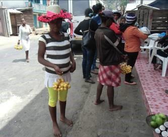 マダガスカル、ビワ売りの様子