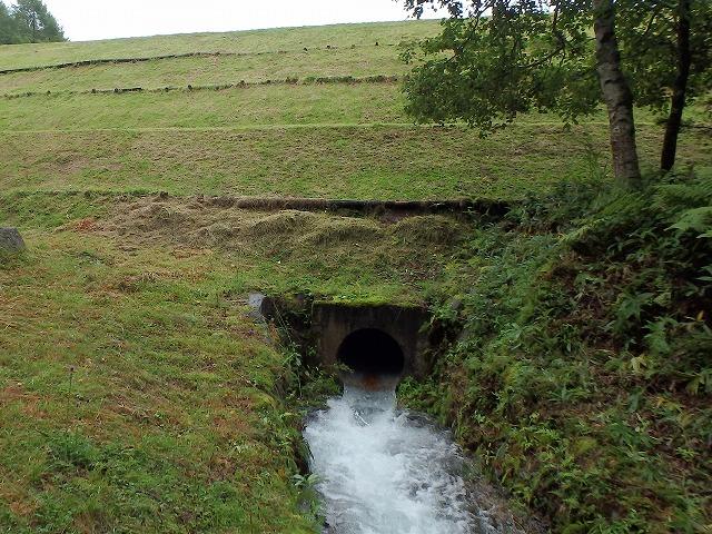 20150830御射鹿池の落水開始 (11)