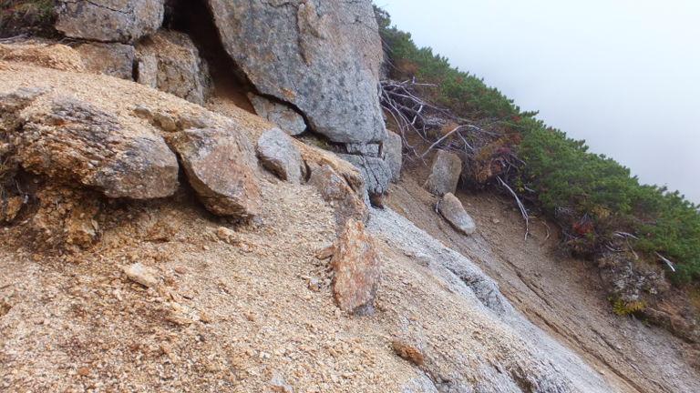 岩をまいて行く