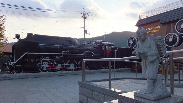 嵐山駅の機関車と二宮金次郎