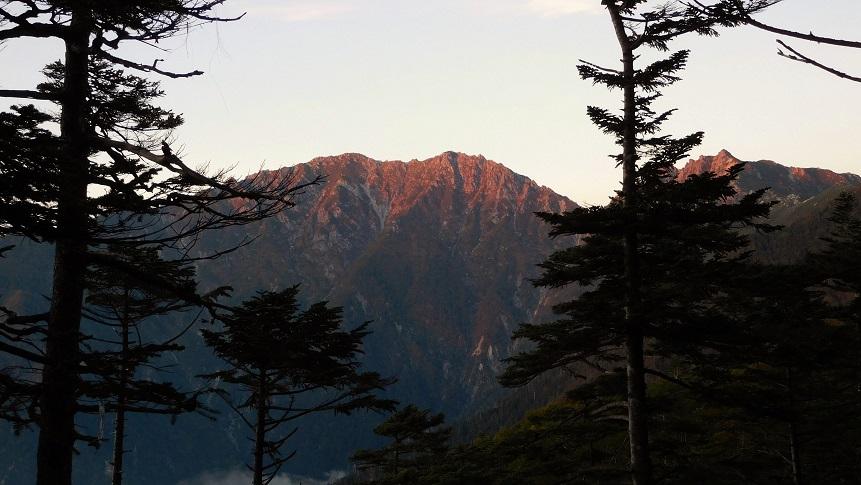 夕日に染まる南駒が岳