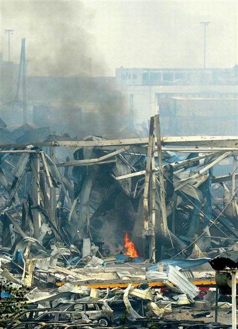 20150829_中国天津市の大規模爆発事故の現場で上がる炎と黒煙=18日(共同)(470x649)