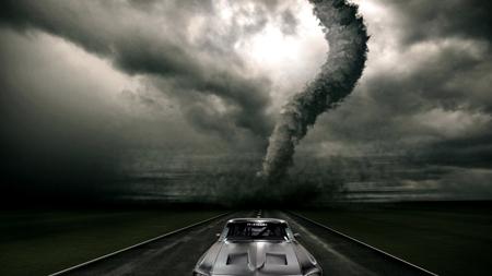 竜巻から逃げる車