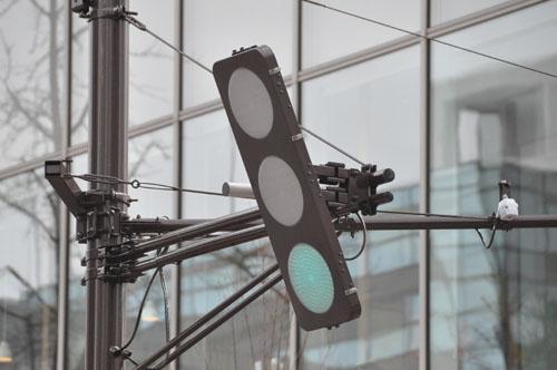 前かがみに設置された信号機の画像1