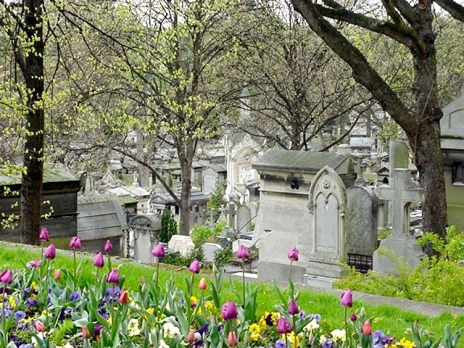 Pere_Lachaise_looking_down_the_hill.jpg