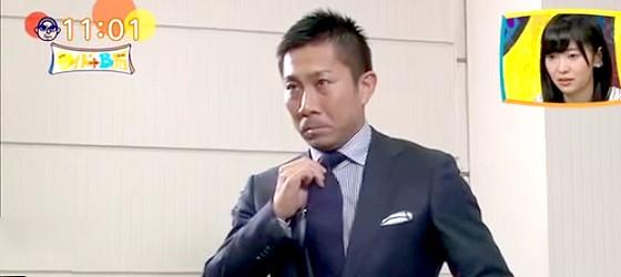 ワイドナショー画像 川淵チェアマンとの単独インタビューを前に緊張した面持ちでネクタイを直す前園真聖 2015年5月10日