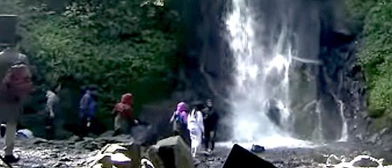 ワイドナショー画像 指原莉乃が ソフトバンクの滝行CM撮影で滝に入る指原 2014年11月9日