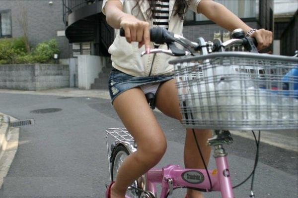 自転車パンチラ画像 4