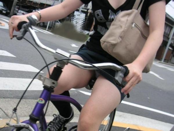 自転車パンチラ画像 8
