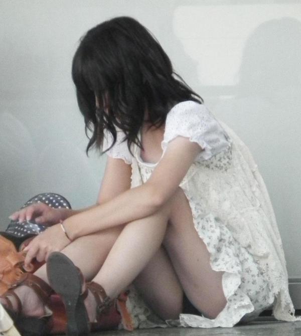 座りパンチラ画像 16