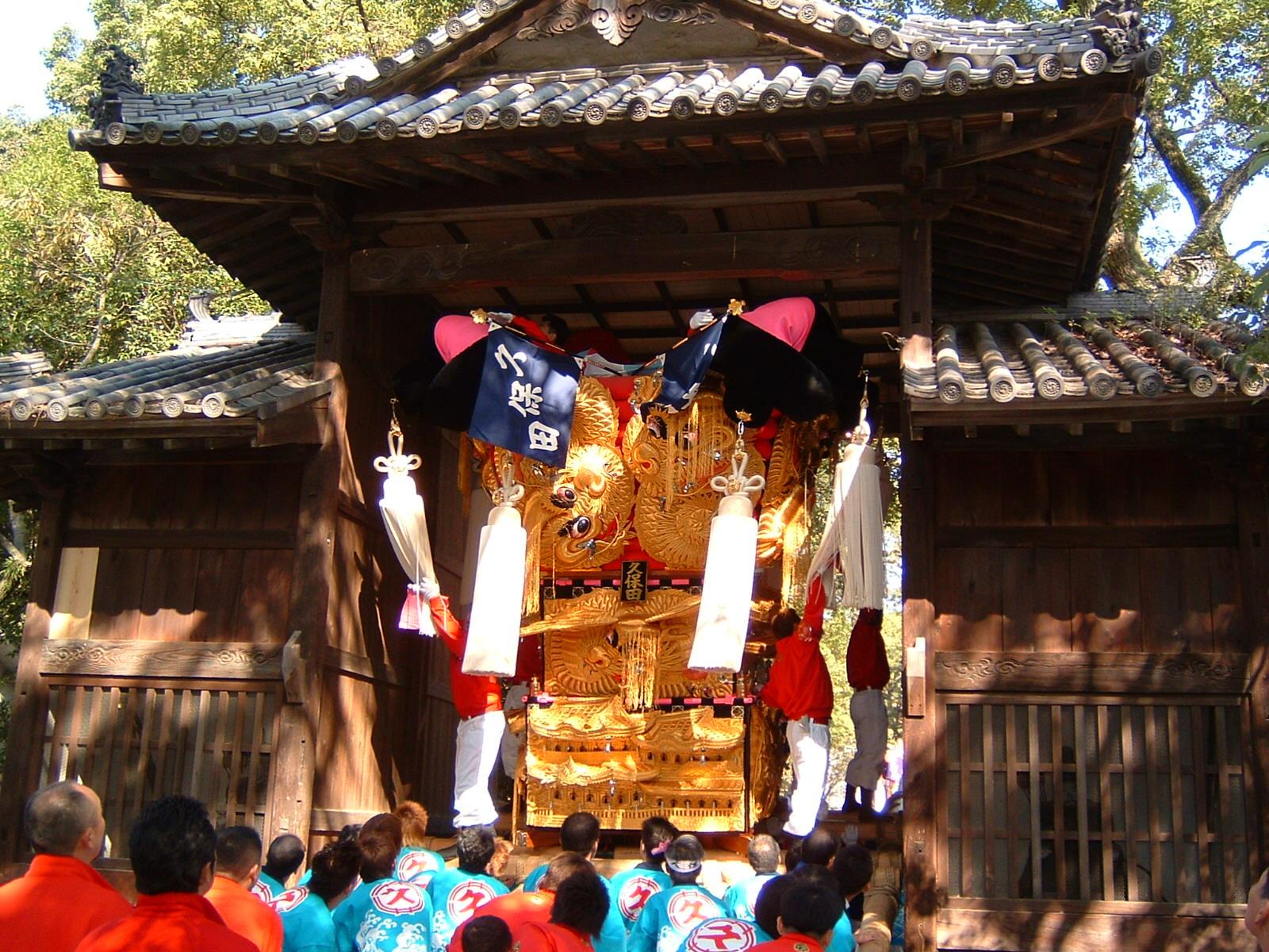 一宮神社の山門をくぐる久保田太鼓台