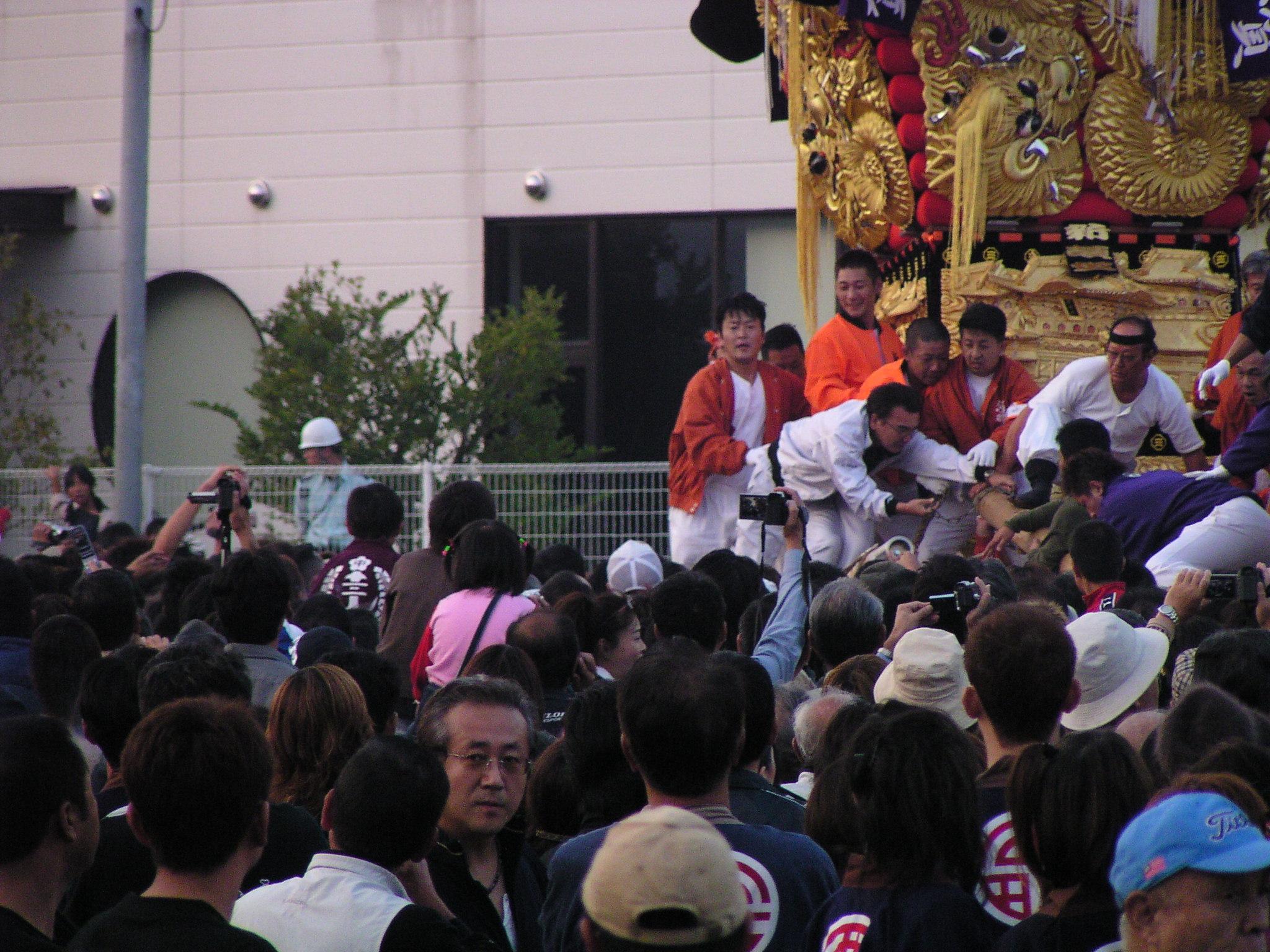 新須賀太鼓台に喧嘩を仕掛ける西原太鼓台