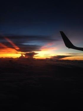 夕方のフライトはオレンジの空。