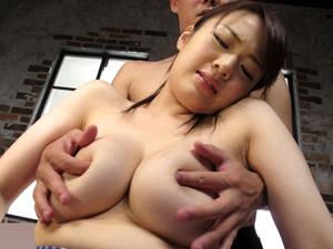 【保坂えり】ムチムチ美女が手コキで搾取したザーメンを観察して巨乳を揺らして中出しSEX!