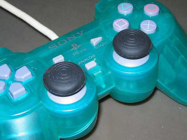 PS プレイステーションコントローラー DUALSHOCK デュアルショック SCPH-110 エメラルド アナログスティックにアンサー PS3用 プレイアップボタンセット アナログスティックアタッチメント(円形型のすべり止め)取り付け、拡大撮影