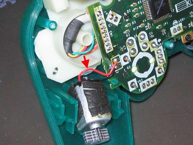 PS プレイステーションコントローラー DUALSHOCK デュアルショック SCPH-110 エメラルド メンテナンス、組立作業 持ち手右側振動モーターのリード線がプラスチック台座の円形部分の縁の上に配線しないよう離しておく(プラスチックカバーを閉じるときにリード線を挟む可能性があるため)