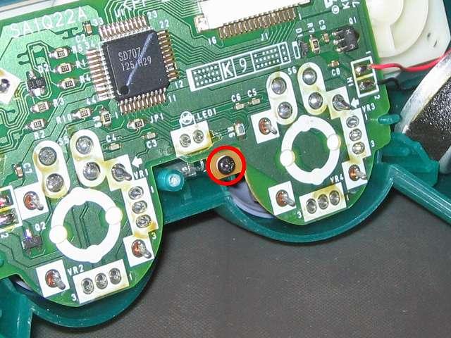 PS プレイステーションコントローラー DUALSHOCK デュアルショック SCPH-110 エメラルド メンテナンス、組立作業 基板の基板固定用ネジをプラスドライバーで締めて固定する