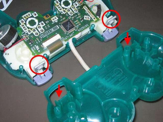 PS プレイステーションコントローラー DUALSHOCK デュアルショック SCPH-110 エメラルド メンテナンス、組立作業 コントローラー本体プラスチックカバー取り付け、L・R ボタンのラバーパッドとフレキシブル基板(画像赤丸2ヶ所)を、コントローラー本体下部プラスチックカバーの L・R ボタン取り付け穴(画像赤矢印2ヵ所)に通すように取り付ける、振動モーターが固定できないため、コントローラー基板側は寝かせたままコントローラー本体下部プラスチックカバーを上から被せるように取り付ける(この時点では L2・R2 ボタンは取り付けない、ラバーパッドとフレキシブル基板との接触部分がうまくはまらないことがあるため)