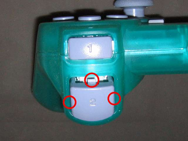 PS プレイステーションコントローラー DUALSHOCK デュアルショック SCPH-110 エメラルド メンテナンス、組立作業 L2・R2 ボタン取り付け、3ヵ所のツメ(画像赤丸3ヶ所)があるので左右両側のツメを押しながらコントローラーカバーに取り付けて、最後に残りのツメをコントローラーカバーに押し込んで取り付ける、L2・R2 ボタンを先に取り付けてしまうとラバーパッドと L2・R2 ボタンとの接触がうまくいかないことがあるため